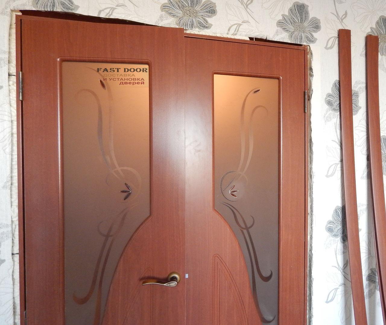 Установка межкомнатных двустворчатых дверей